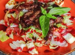 Салат с говядиной и жареным сыром